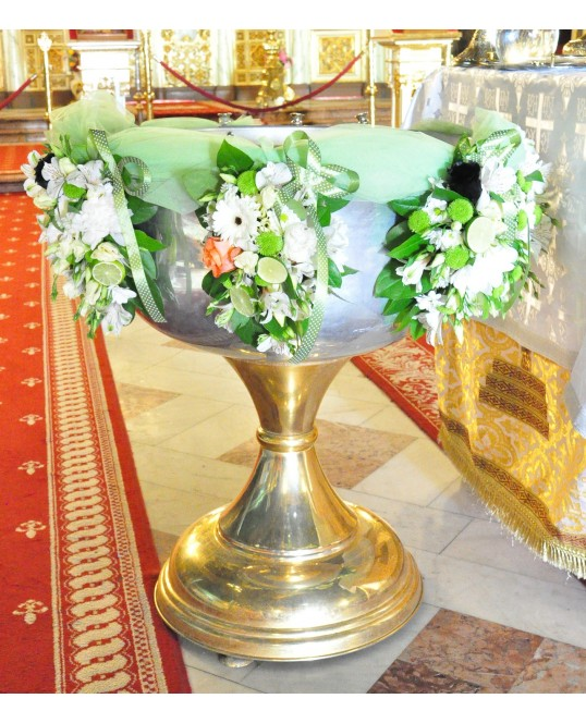 Aranjament Cristelnita cu Flori Albe si Verzi