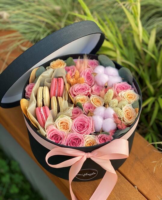 Cutie cu Macarons si Flori