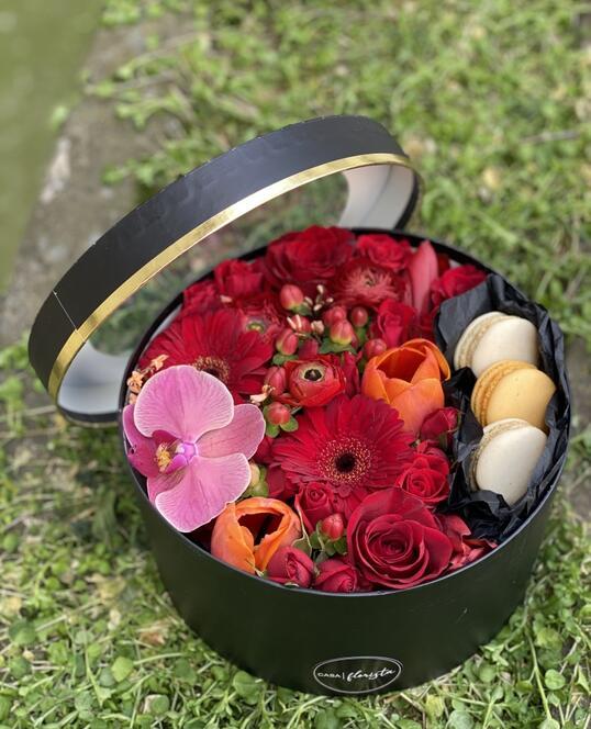 Cutie cu Flori si Macarons