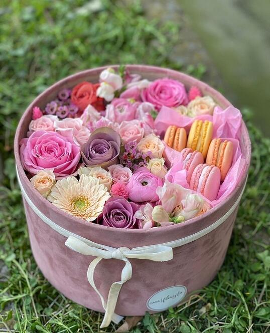 Cutie Roz cu Flori si Macarons